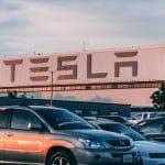 Qu'est-ce qui explique la hausse fulgurante du titre Tesla en bourse ?